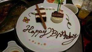 お祝のケーキにはHappy Birthdayの文字が